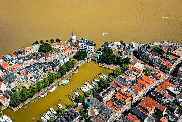 Het vervuilde modderwater afkomstig van de overstroming in Duitsland en Limburg stroomt via onder andere de Merwede naar zee en kleurt het water langs de stad Dordrecht goudbruin.