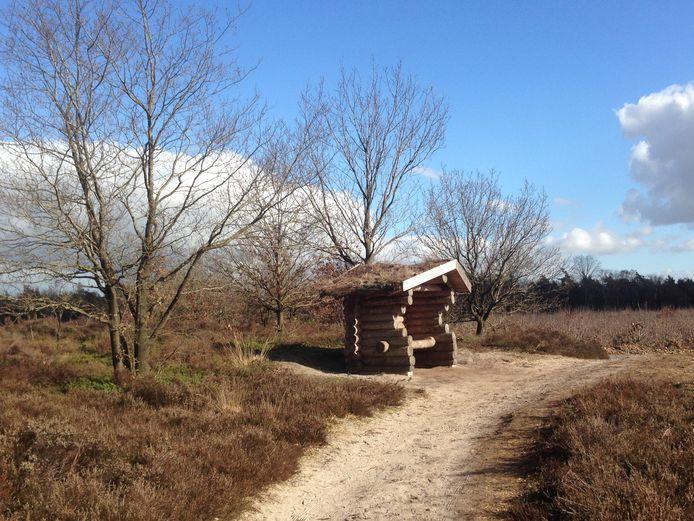 De bouw van deze heidehut in Holten is één van de projecten, die met geld van de Stichting Sámen kon worden uitgevoerd.