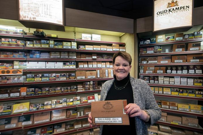 Trudy Logger van tabakswarenwinkel CIGO in de Houtstraat.