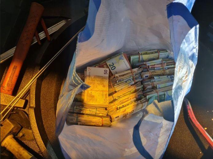 De boodschappentas met het geld was volgens de politie verstopt in een professionele bergruimte.