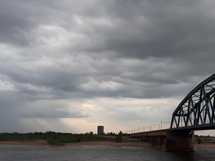 Donkere wolken boven Nijmegen.