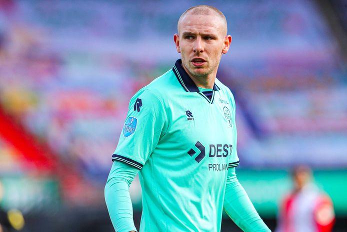 Sven van Beek namens Willem II in actie tegen Feyenoord.