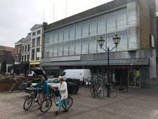 Winkels, horeca en huizen in Dordts V&D-pand: gigantisch pand na vier jaar leegstand verkocht