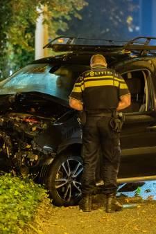 Bestelbus rijdt met hoge snelheid verkeerslicht in Deventer omver en veroorzaakt enorme ravage