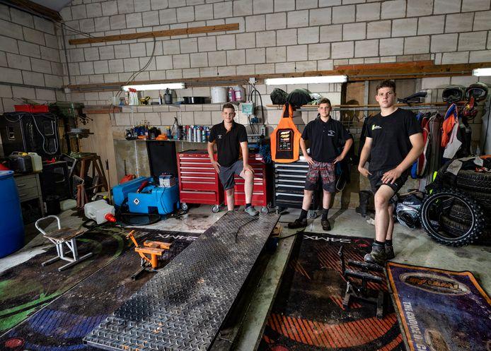 De broers Rik, Stijn en Daan Spanjers in de hal waar hun crossmotoren stonden.