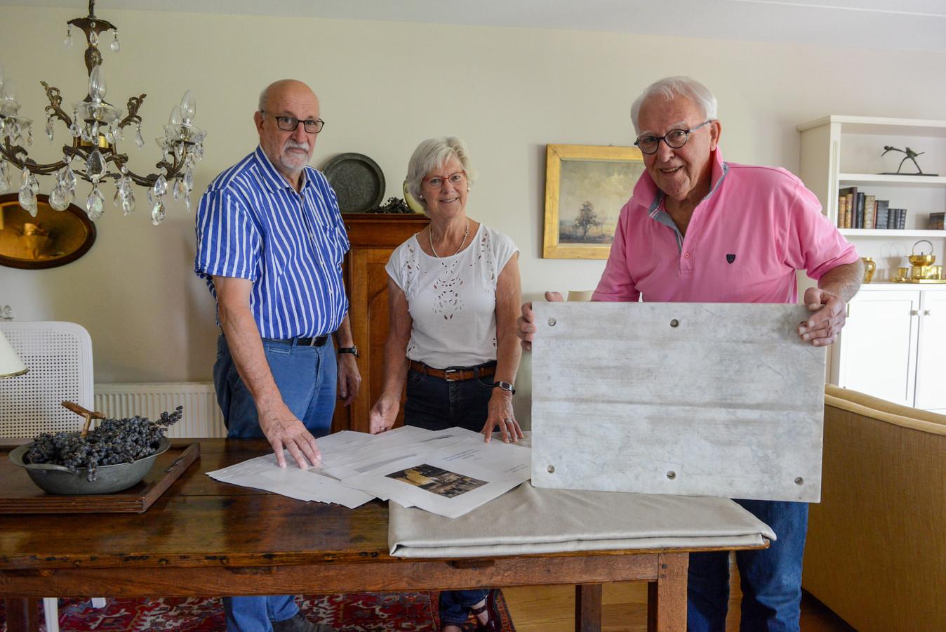 (archieffoto) Peter Bakker (rechts) heeft boek geschreven over de 100 jarige geschiedenis van de Ontmoetingskerk in Heerde.