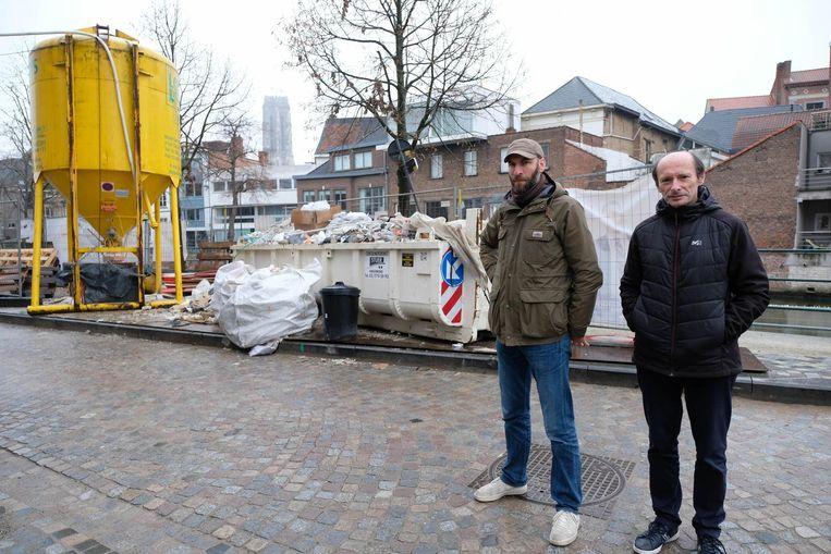 Stijn Pardon en Daniël Goethals bij de container in de Zoutwerf.