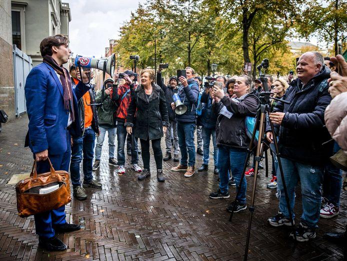 Forum-leider Thierry Baudet spreekt tegenstanders van coronamaatregelen toe op het Plein.