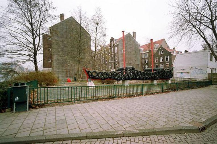 Oostenburgerdwarsstraat met de Bandenboot van de provo-kunstenaar Robert Jasper Grootveld, 7 maart 2003. Foto Freerk de Vos Beeld