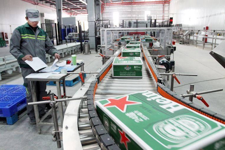 Dozen vol Heineken in een fabriek in China. Beeld Hollandse Hoogte / Imagine China