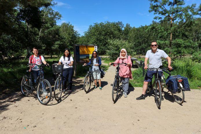 Deelnemers aan de fietstocht van Eindhoven Cycling Tours voor expats van Eindhoven naar Oirschot. Rechts Maurice Meijer