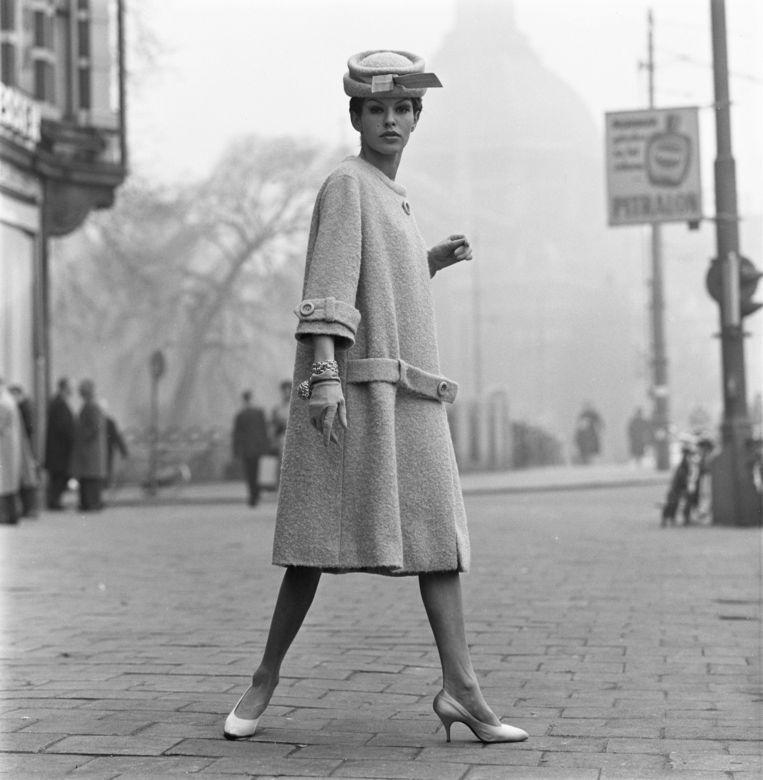 Tanja Trijbels met een mantel en hoed van couturier Max Heymans op het Leidsplein in 1961. Beeld Hans Dukkers/Maria Austria Instituut Model