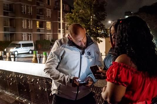 LOCATIE: Breda - DATUM: 18/09/22 - FOTOGRAAF: EDWIN WIEKENS - OMSCHRIJVING: Breda heeft als proef een viertal 'gastheren' in de stad staan in het uitgaansgebied. Sfeerbeheer, noemen ze zichzelf. Een rondje mee met de mannen, tijdens een zaterdagavond. Pix4Profs/Edwin Wiekens