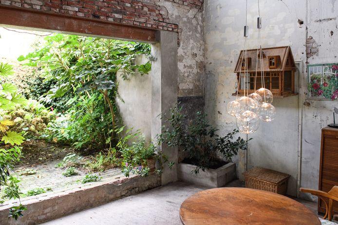 Buiten binnenzitten kan, sinds de buitenmuur een stukje is opgeschoven.  De tuin is het jongste project van Martin Adolfs en Betty van Spijker,
