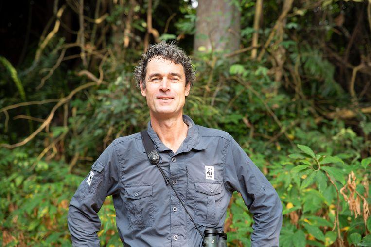 Jaap van der Waarde, de expeditieleider van het Wereld Natuurfonds (WNF) die een groep Bouviers red colubus franjeapen filmde in het oerwoud in de Republiek Congo. Beeld WFF