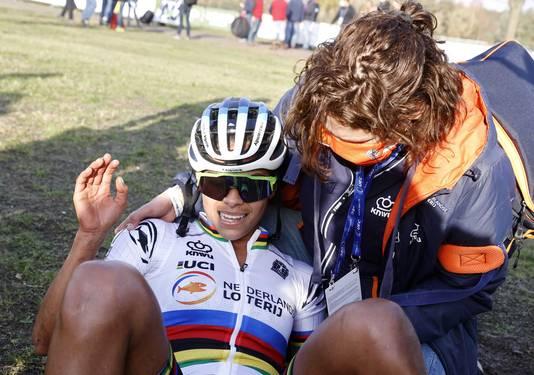 Een uitgeputte Ceylin del Carmen Alvarado net na de finish.