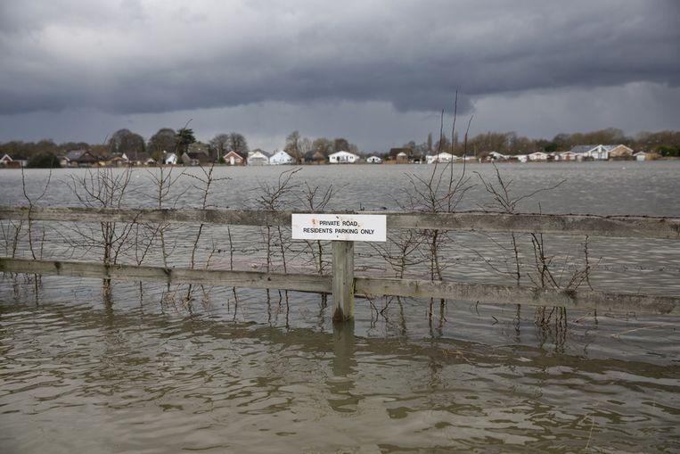Overstromingen in Walton-on-Thames.<br /><br />De Engelse overheid waarschuwt voor ernstig overstromingsgevaar in 14 plaatsen langs de de rivier de Theems. Duizenden huishoudens moeten zich daar op voorbereiden. Sinds december zijn al zo'n 8000 woningen getroffen door het hoge water.<br /><br />Ondanks alle maatregelen is vanmiddag het dorp Datchet ook ondergelopen.<br /><br />Na twee maanden van recordneerslag voorspellen meteorologen nog zeker tot en met donderdag iedere dag regen. Vooral de graafschappen Berkshire en Surrey zullen vermoedelijk met wateroverlast te maken krijgen. <br /><br />De Britten worstelen met het natste weer sinds 1766. Het water in de rivier stond in tientallen jaren niet zo hoog en stijgt nog steeds. Beeld getty