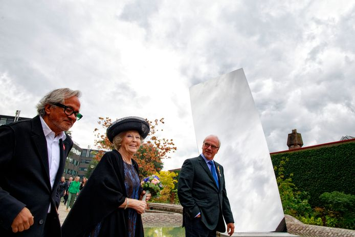 Tilburg, 16 september 2017Museum De Pont viert haar 25-jarig bestaan met de overdracht van het kunstwerk Sky Mirror van Anish Kapoor en de tuin op het voorplein. In het bijzijn van de prinses wordt het monumentaal sculptuur van de Britse kunstenaar Anish Kapoor onthuld. Tevens is er een jubileumtentoonstelling WeerZien. Prinses Beatrix loopt met Kapoor (links) en de museumdirecteur (rechts) voorbij het kunstwerk.foto: Dolph Cantrijn