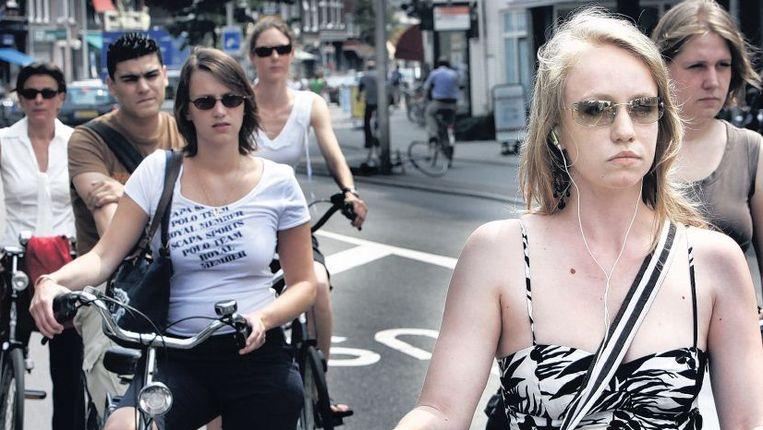 Steeds meer fietsers rijden met muziek in de oren. Beeld Maarten Hartman
