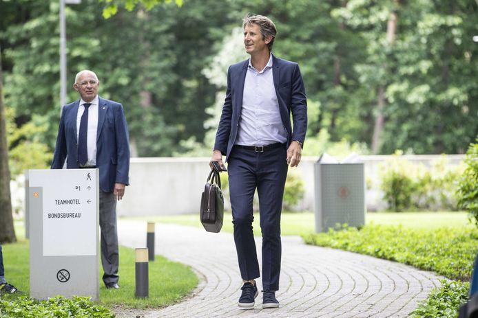 Michael van Praag (L) en Edwin van der Sar van Ajax arriveren bij de KNVB campus voor een ledenvergadering. De clubs praten onder meer over het Deltaplan, waarin de toekomst van het profvoetbal besproken wordt.