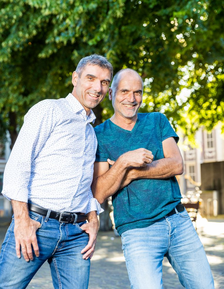 De broers Paul (links) en Leo Blokhuis, domineeszoons. Paul: 'In de journalistiek en de politiek probeer je met een verhaal mensen enthousiast te krijgen.' Leo: 'En dat hebben we van onze vader.' Beeld Jiri Buller