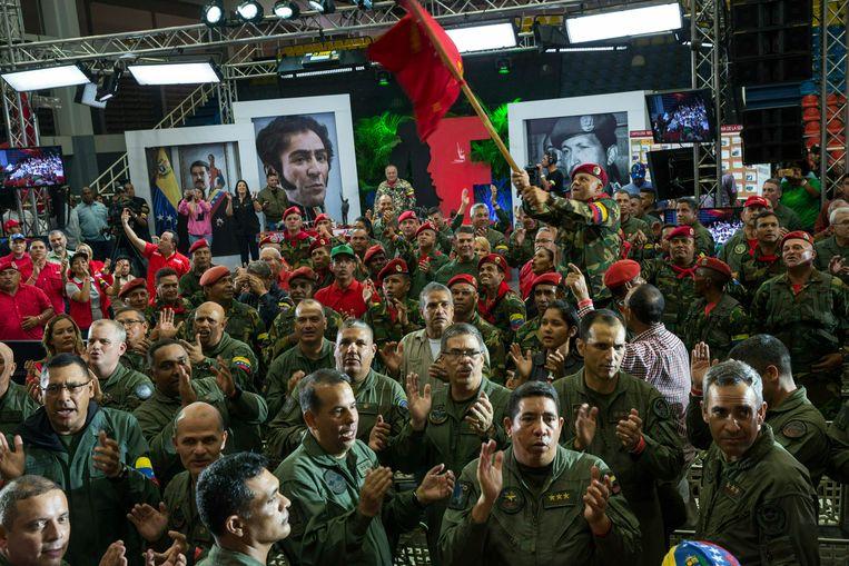 Tot grote frustratie van het Witte Huis en oppositieleider Juan Guaidó, blijft het leger nog massaal achter president Maduro staan. Beeld AP