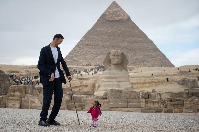 's Werelds langste man, Sultan Kosen (Turkije), en kleinste vrouw, Jyoti Amge (India), poseren voor een promotiefoto. Voor veel mensen is in hun dagelijkse spreektaal 'groter als' de normale vorm.  Beeld EPA