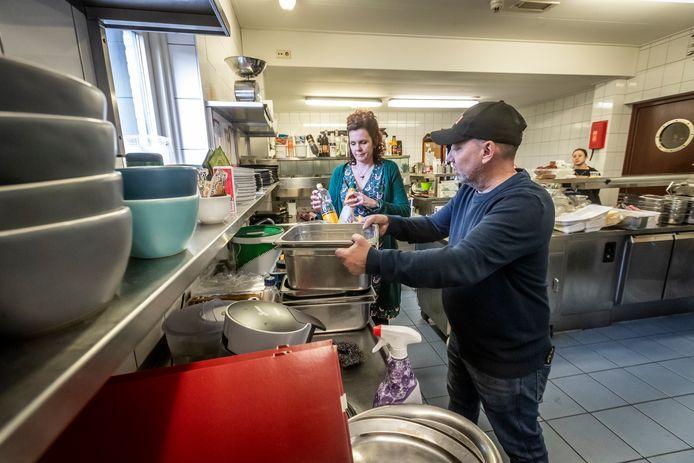 Marcel Dijstelblom en Milica Vogels ruimen de keuken op van Soulmates in Mierlo. Ze stoppen zowel met hun eetcafé als met Ons Restaurant.