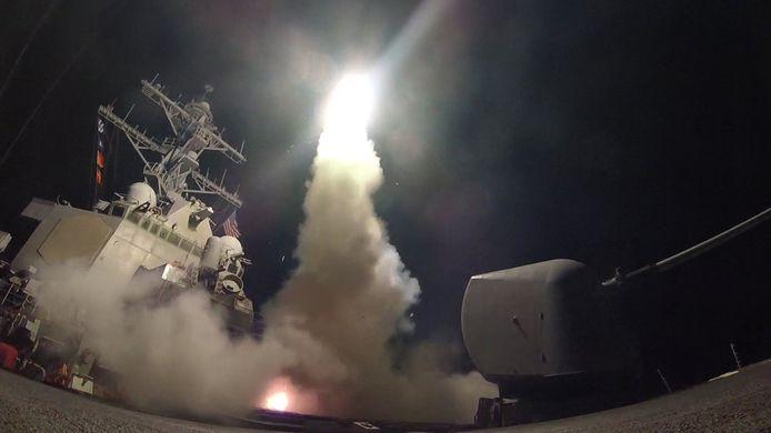 Het Amerikaanse slagschip USS Porter  vuurt raketten af op een militair vliegveld in Syrië (2017).