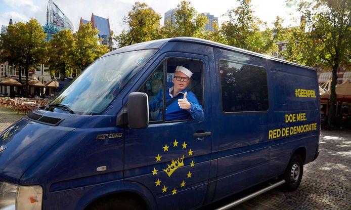 Jan Roos haalde vorige week handtekeningen op voor GeenPeil op het Plein in Den Haag.