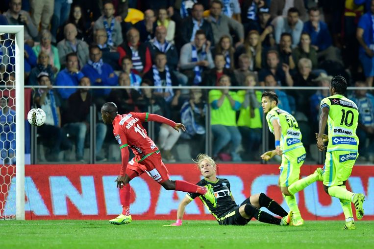 OOSTENDE, BELGIUM - SEPTEMBER 18 : Knowledge Musona forward of KV Oostende missing an opportunity for an open goal  during the Jupiler Pro League match between KV Oostende and KAA Gent at the Versluys Arena on September 18, 2016 in Oostende, Belgium , 18/09/2016 ( Photo by Nico Vereecken / Photonews Beeld Photo News