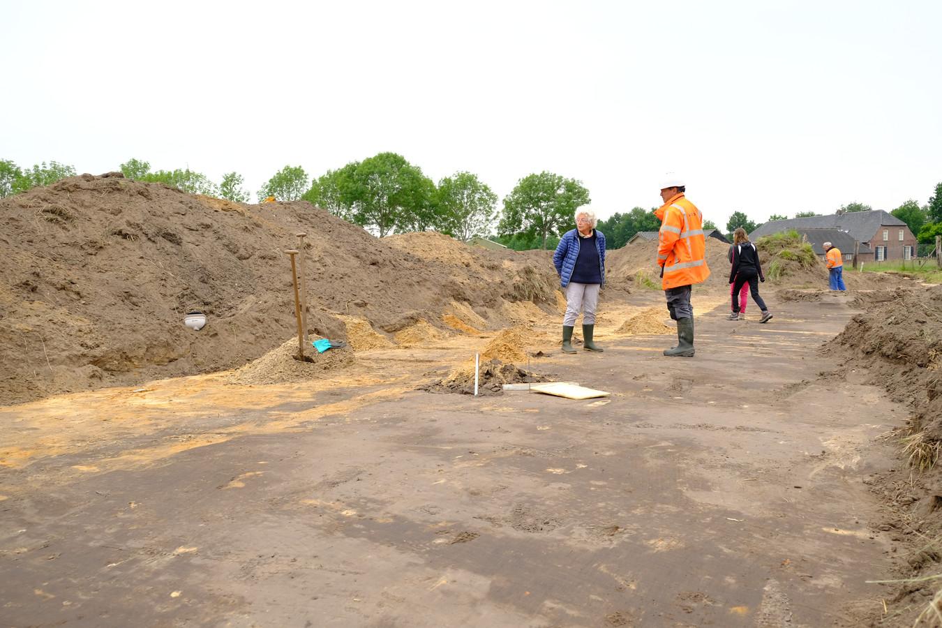 Archeologen hebben naar Romeinse sporen gezocht op een braakliggend terrein aan de Ruiting in Esch. Regelmatig kwamen Esschenaren een kijkje nemen.