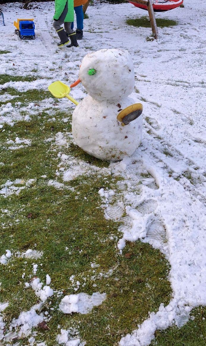 Genoeg sneeuw voor een mooie pop in Eersel.