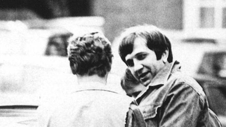 Slobodan 'Karate Bob' Mitric (rechts) wordt in 1985 door de politie geëscorteerd naar de presentatie van zijn boek 'Nederlandse maffia'. Beeld anp