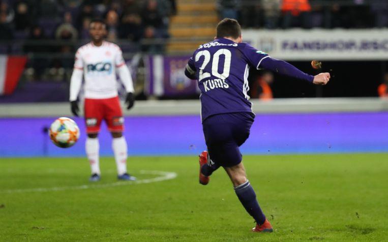 Kums trapt op vrije trap de 2-0 binnen tegen KV Kortrijk. Anderlecht zeker van PO1. Beeld BELGA