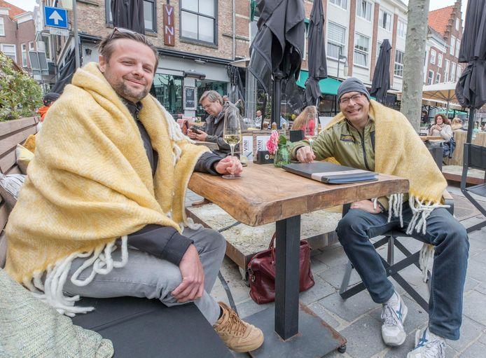 Xander Valkiers (links) en Marcel Keij hebben bij de witte wijn een fleecedeken tegen de kou gekregen.