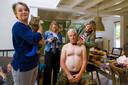Arianne de Jong maakt een kalender met mannen met een ontblood bovenlijf en haar gehandicapten katten. Kat Koos gaat gefotografeerd worden door Marloes Kemps met Hans Koevoet die een strik omkrijgt van visagiste Chris Beekwilder.