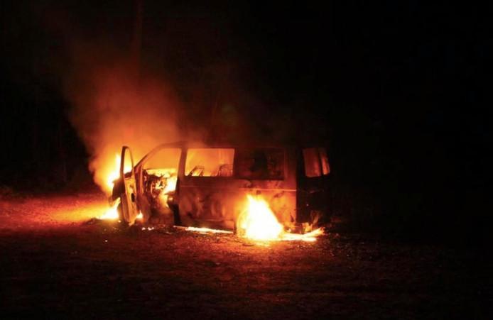 Het busje in brand in Nunspeet. Foto: Brandweer Nunspeet