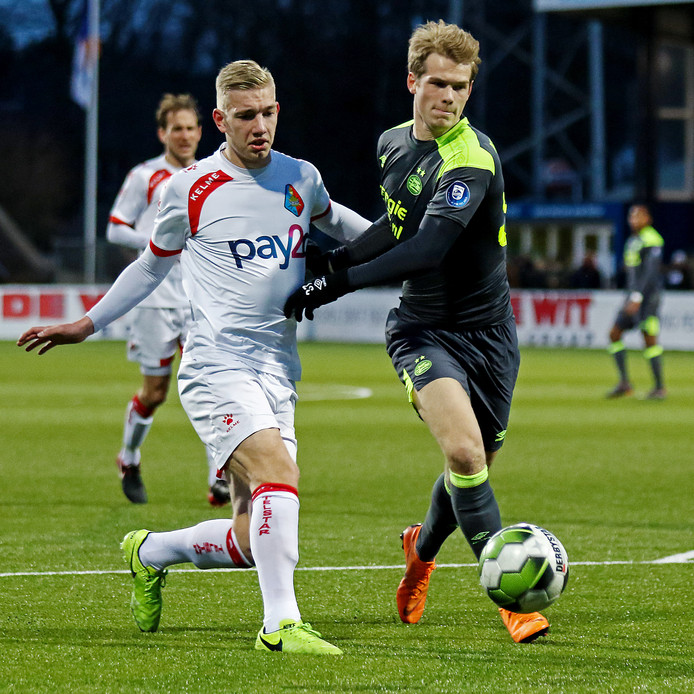 Jasper van Heertum in duel met Nikolai Laursen  van Jong PSV.