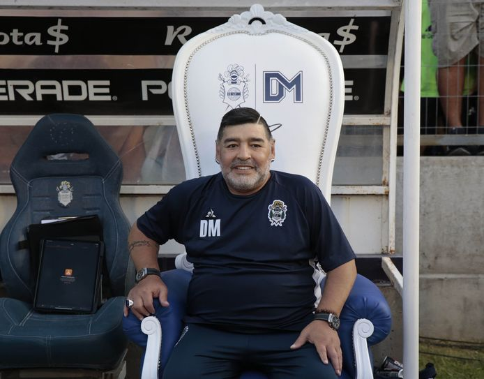 Zo zagen we Diego Maradona sinds september 2019: als coach van Gimnasia La Plata, vaak vanaf een luxe troon.