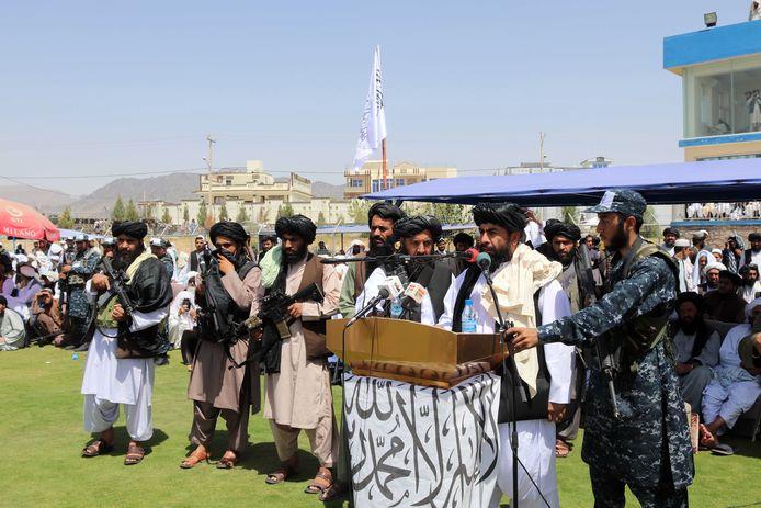 De taliban-gouverneur van Kandahar Haji Mohammad Yousaf spreekt de duizenden aanwezigen toe.