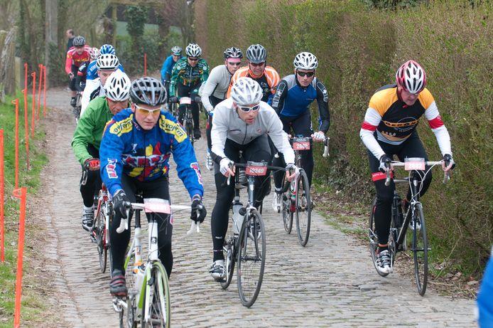 Deelnemers trotseren enkele bekende wielerhellingen.