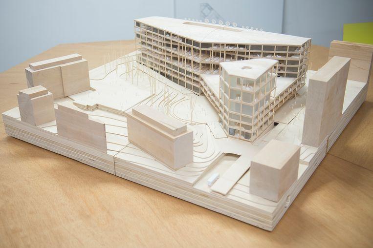 Een maquette van het nieuwe VRT-gebouw. Daar zullen minder parkeerplaatsen zijn, terwijl het aantal auto's mogelijk fors omhooggaat. Beeld BELGA