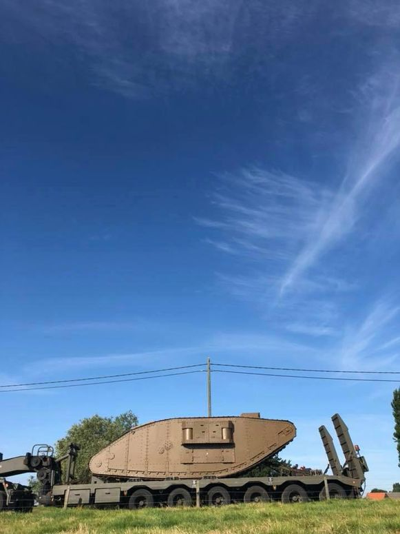 De replica van de tank van Poelkapelle is klaar en werd met een speciaal transport naar Brussel vervoerd voor deelname aan het defilé op de nationale feestdag.