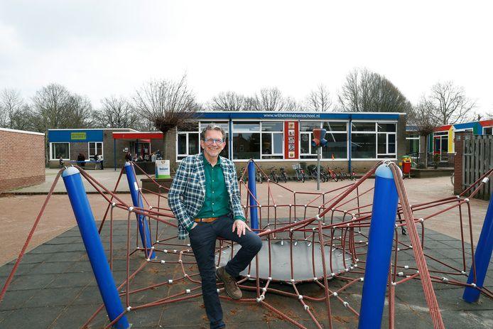 Directeur Erik Lammers voor het gebouw van de Wilhelminaschool in Doetinchem.