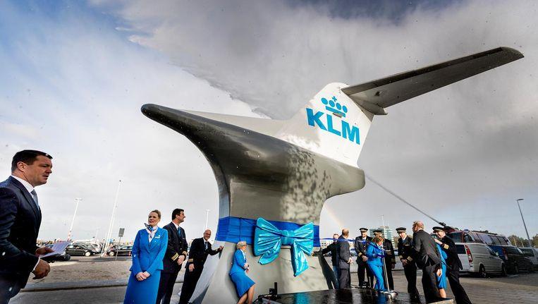 Om te symboliseren dat de Fokkertoestellen werkpaarden waren, zijn ze op een aambeeld geplaatst. Beeld anp