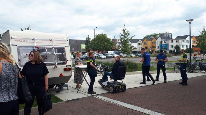De caravan in de Van Lochemstraat waar buurtbewoners met klachten en vragen terecht kunnen.