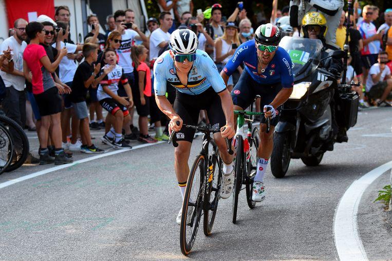 Remco Evenepoel kan de Italiaan Sonny Colbrelli niet lossen in Trento. Beeld Photo News