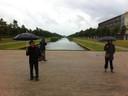 Kunstenaar Huang Yong Ping (links) op bezoek op de plek waar zijn kunstwerk komt te staan