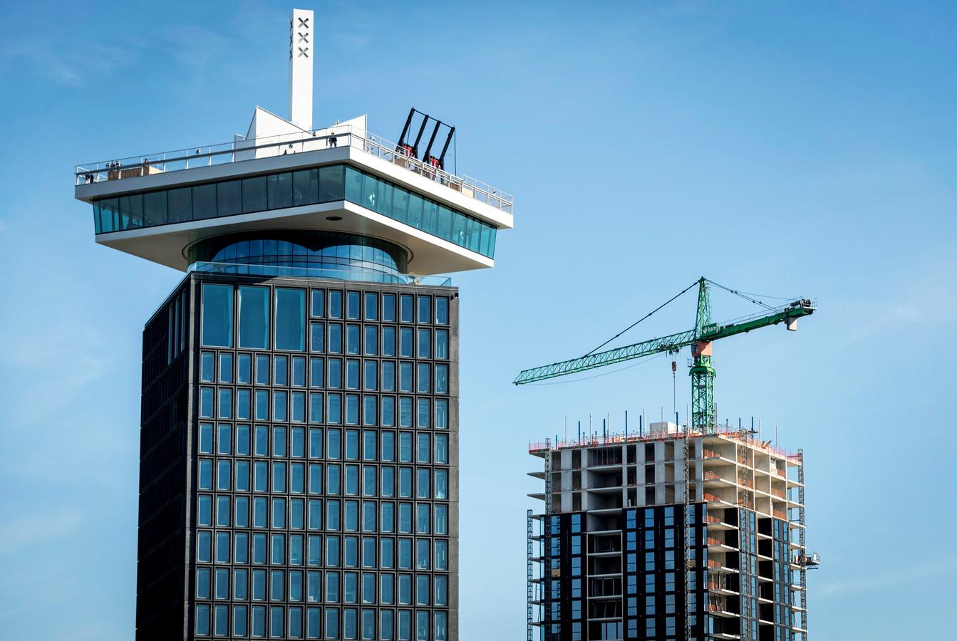 De A'DAM Toren op de noordelijke IJ-oever in Amsterdam.